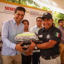 Entrega ALJ uniformes y equipamiento táctico a policías de Xoxocotlán