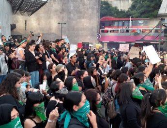 Mujeres marchan contra la violencia de género en la CDMX