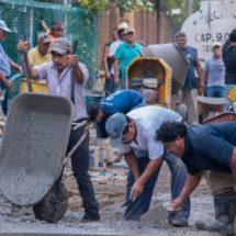 Con El Tequio 42 pavimentan calle en colonia del Carmen