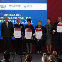 Entrega AMLO Premio Nacional de Protección Civil