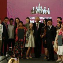 Entrega AMLO Premio Nacional de la Juventud a oaxaqueño