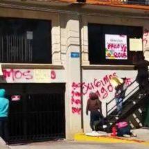 Mientras en la Cdmx magisterio-IEEPO y SEP se reúnen; en Oaxaca vandalizan