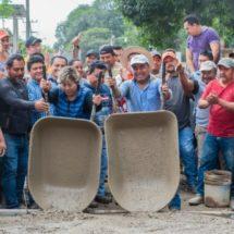 Con la solidaridad de los vecinos Dávila pavimenta calle en la colonia Obrera