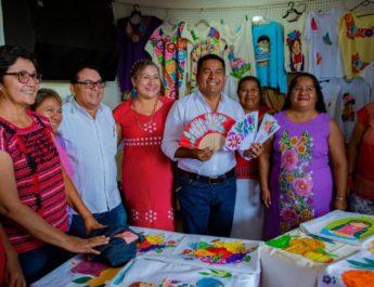 Dávila refrenda su confianza a las  mujeres; entregó 750 microcréditos