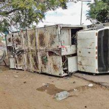 Vuelca camión recolector; el chofer, delicado en el hospital