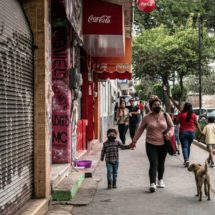 Varias zonas de la capital mexicana rompen el aislamiento porque no pueden parar económicamente o porque no creen en la gravedad de la covid-19 pese a los llamados a quedarse en casa de las autoridades