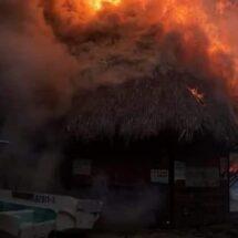 Incendio en playa de Oaxaca consume palapas, cabañas y lanchas