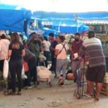 Entre jaloneos, y sin cubrebocas, reabren el Mercado de Abasto