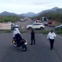 """Bloquean preparatorianos puente """"Caracol"""", en Tehuantepec"""