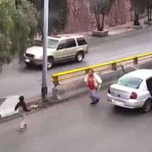 Niño cae de auto en movimiento en pleno boulevard de Zacatecas