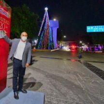 Enciende Dante Montaño árbol de navidad monumental en Santa Lucía del Camino