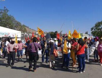 Inicia semana con bloqueos y protestas en Oaxaca